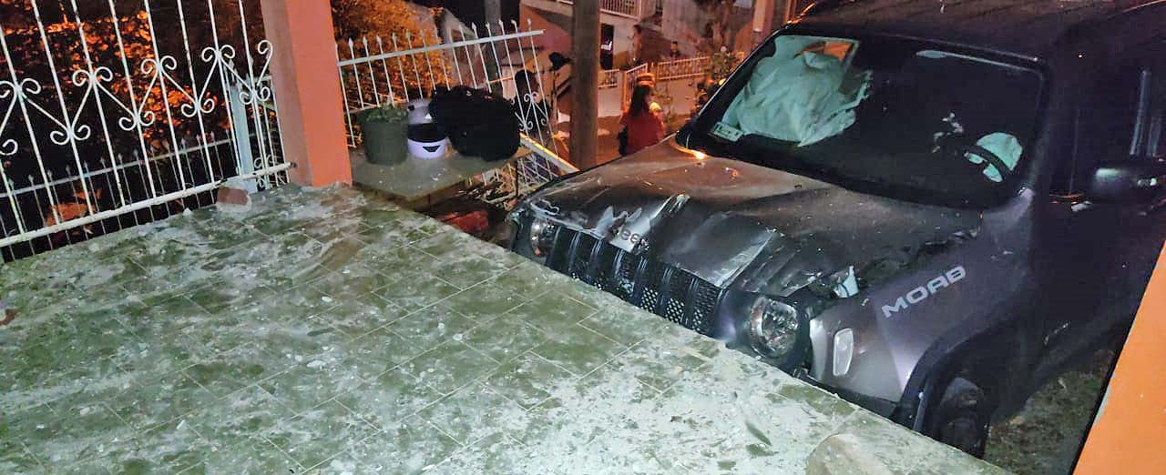 Motorista perde controle do carro e veículo invade pátio de uma residência em Concórdia