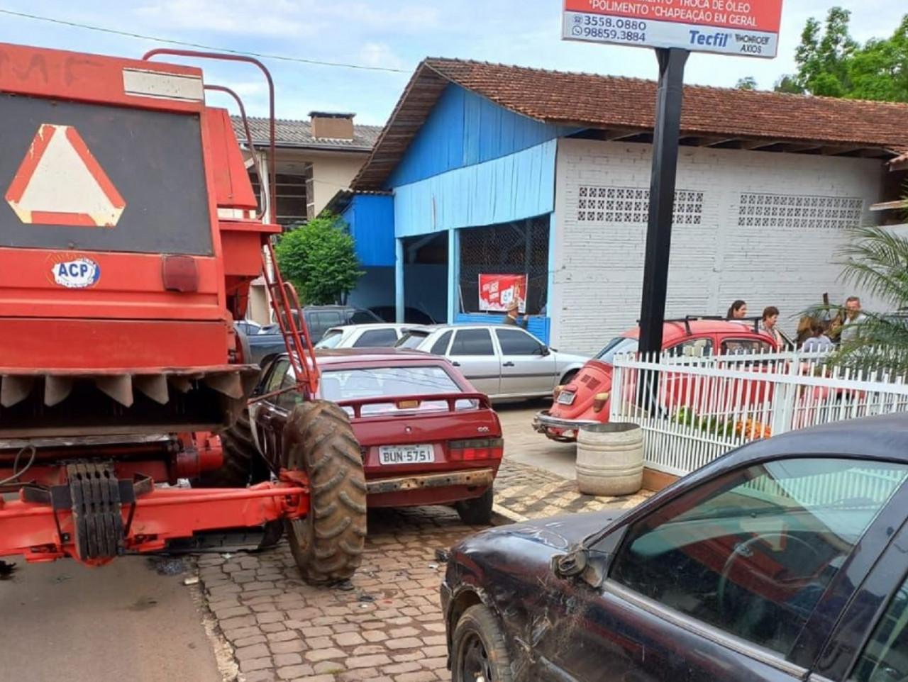 Máquina agrícola colide em cinco veículos no centro de Ipira