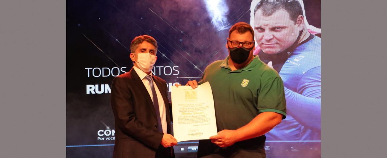 Darlan Romani recebe título de Embaixador Honorário do Esporte