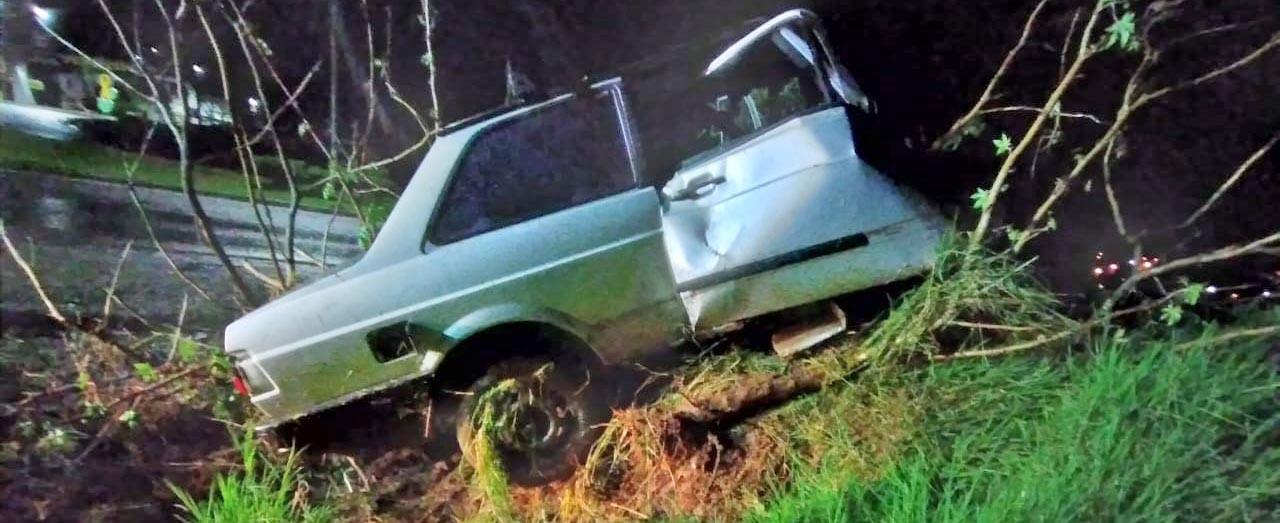 Homem sofre acidente com carro e quebra as pernas, após tentar matar companheira em Xaxim