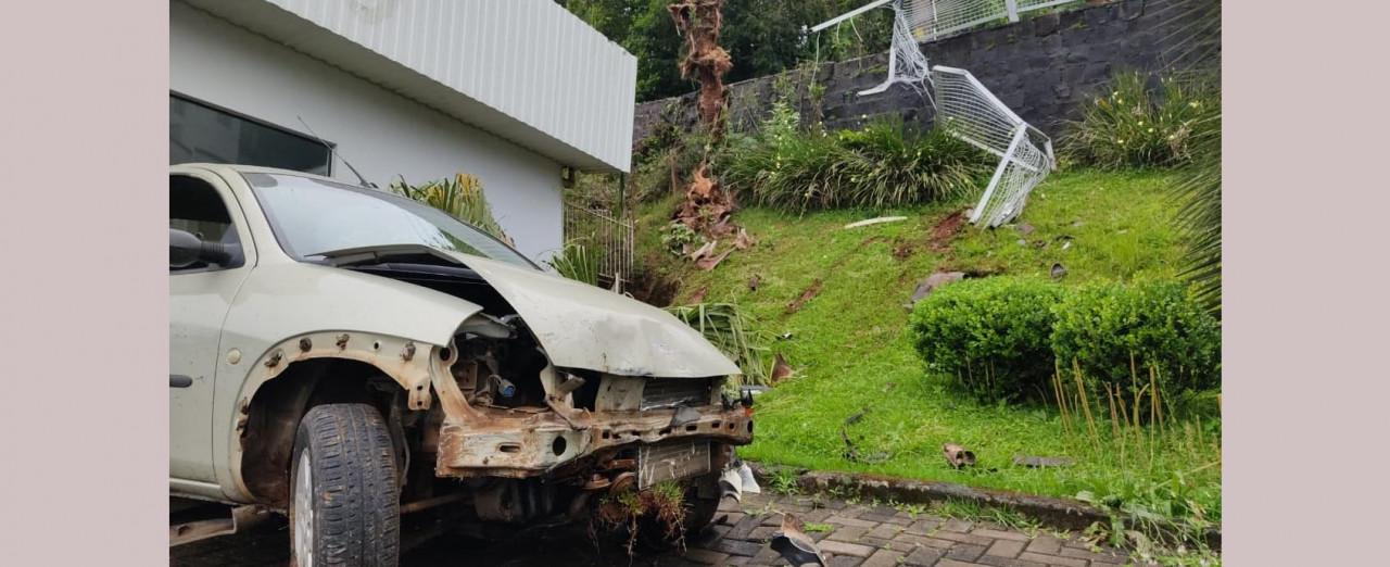 VÍDEO -  Carro bate em poste, desce barranco e para no pátio de uma empresa em Concórdia