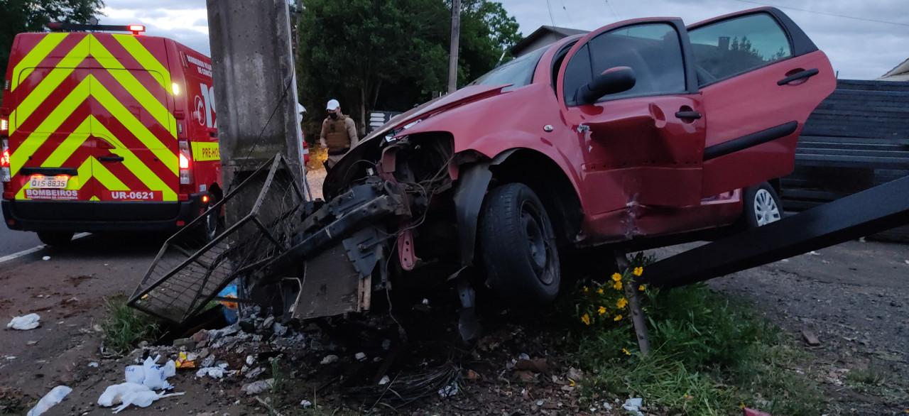 Mulher perde controle do veículo e bate carro em poste e em placa na SC-283 em Concórdia