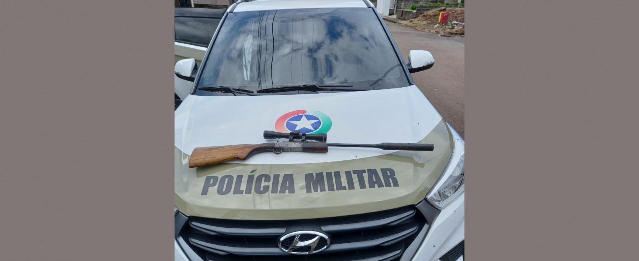 Polícia Militar apreende arma de fogo em Seara e dois homens são levados à Delegacia
