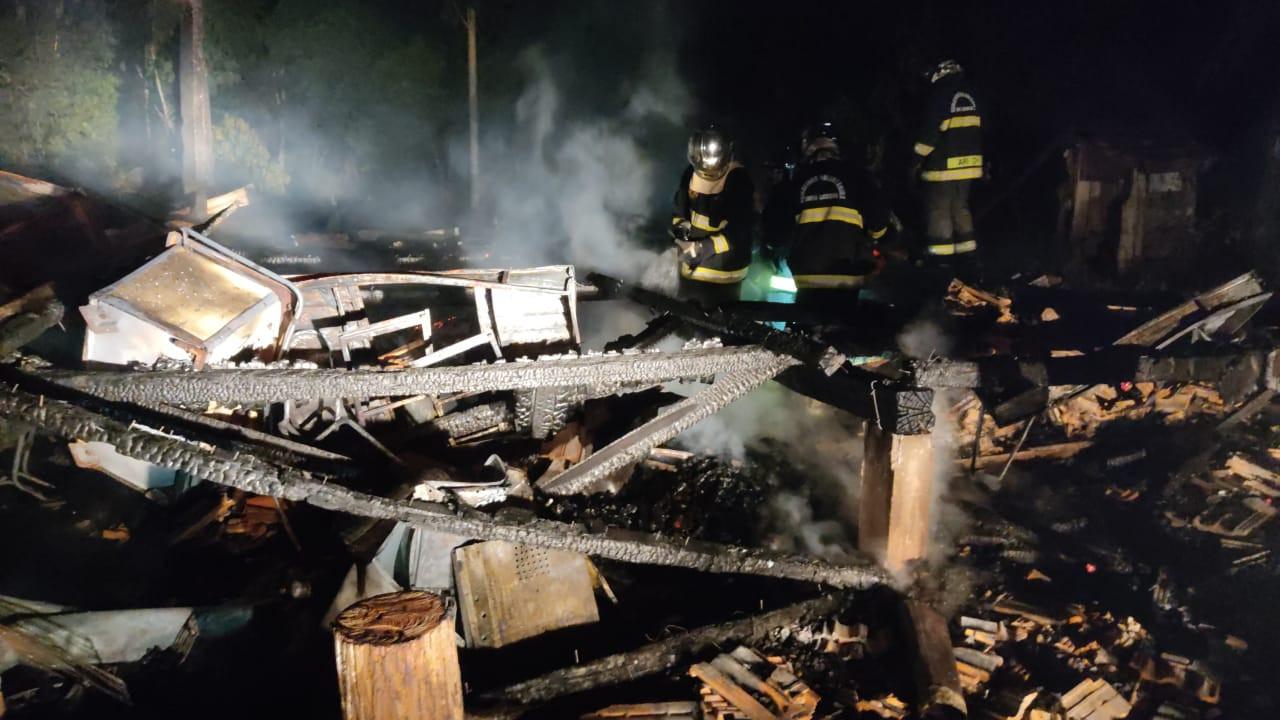 Bombeiros localizam corpo carbonizado em residência incendiada no interior de Concórdia
