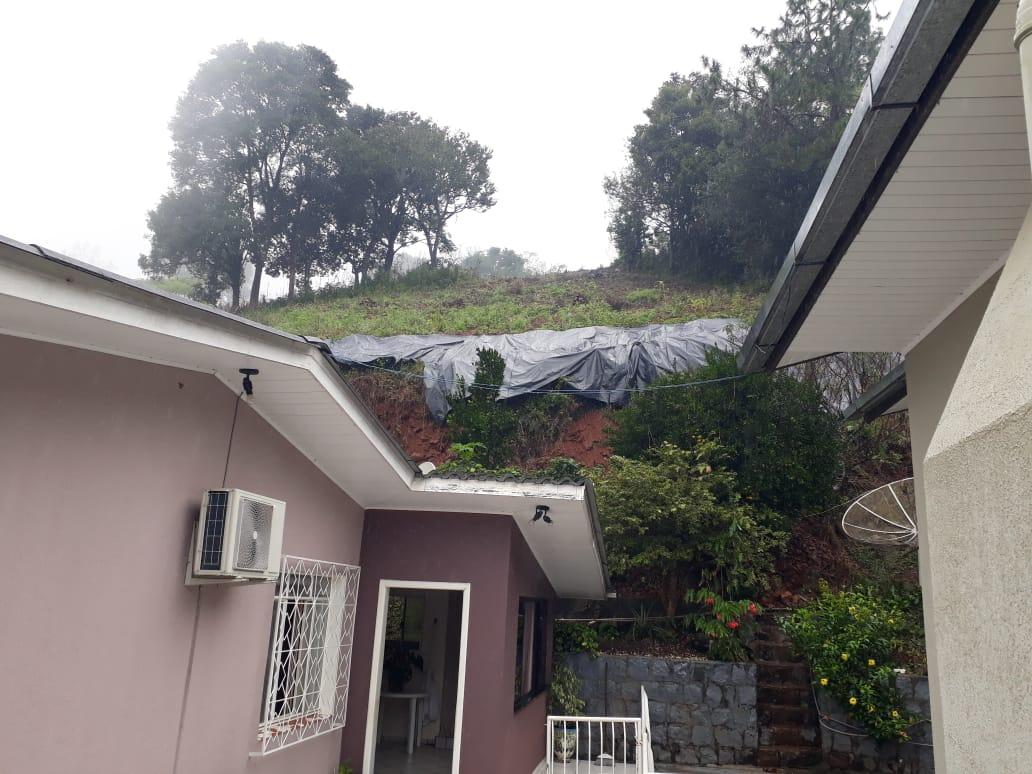 Quatro famílias deixam as casas em Seara por risco de deslizamento