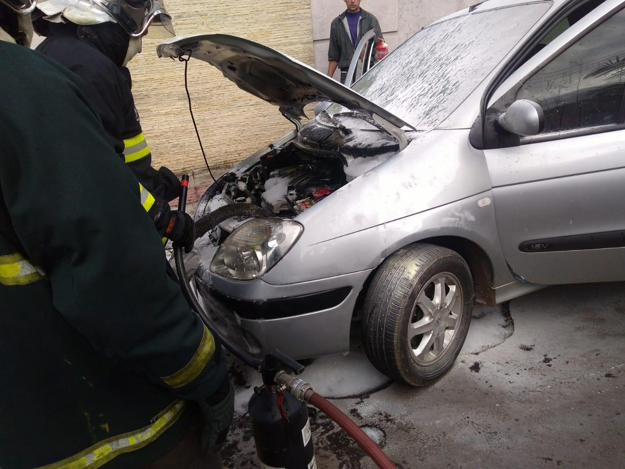 Fogo atinge motor de carro na área central de Concórdia