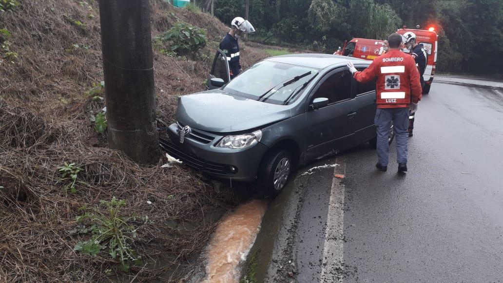Motorista perde controle do carro e bate em poste na SC-283 em Concórdia