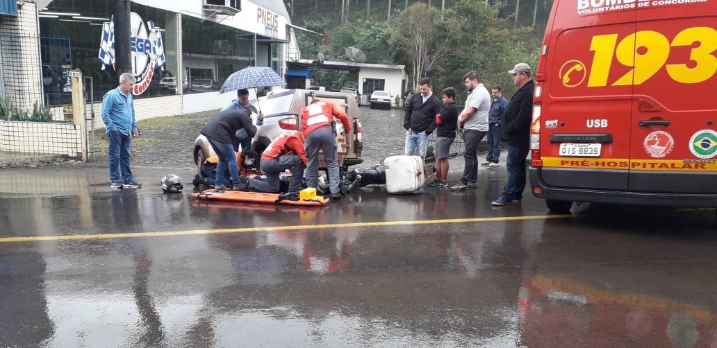 Moto colide na traseira de um Fiat/Strada