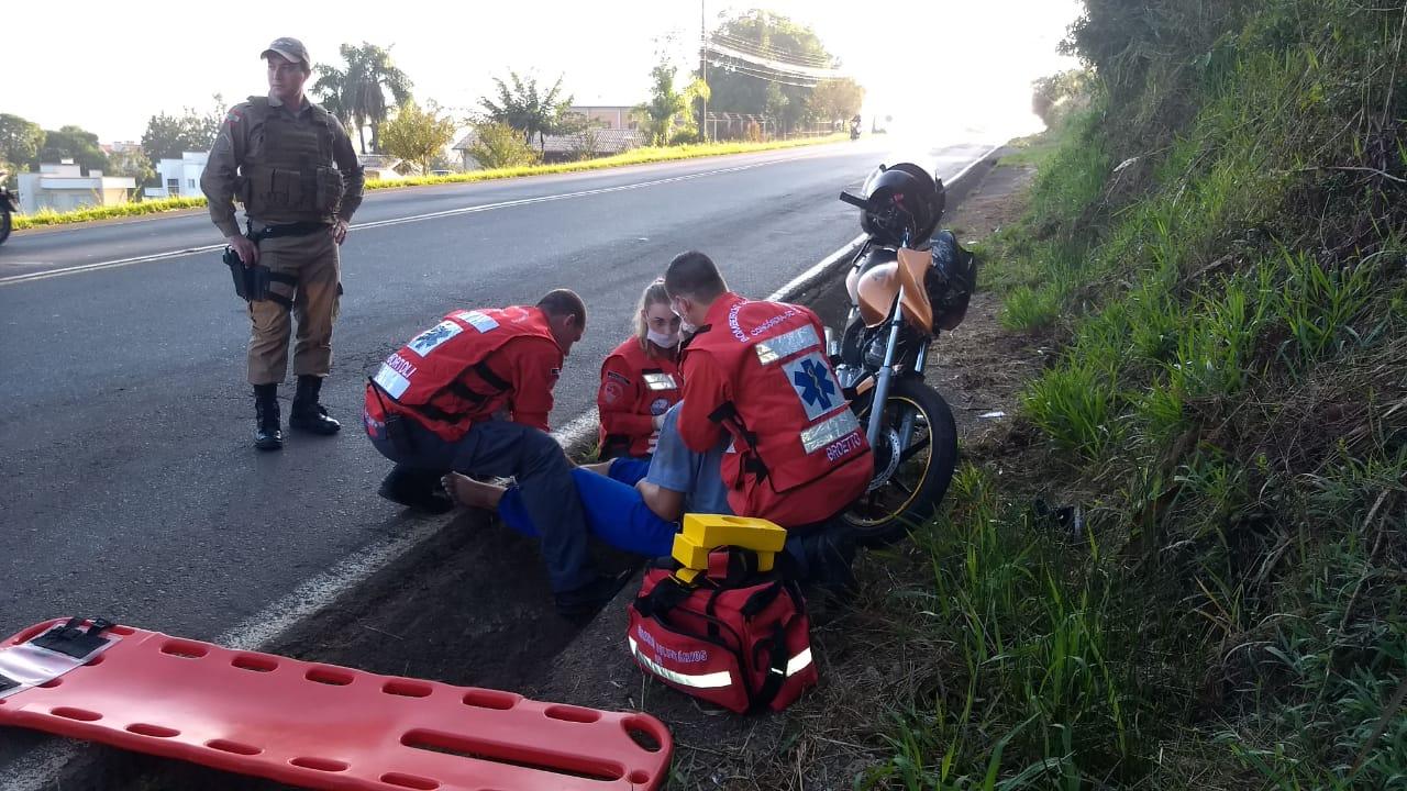Motociclista perde o controle da moto e cai na vala da pista