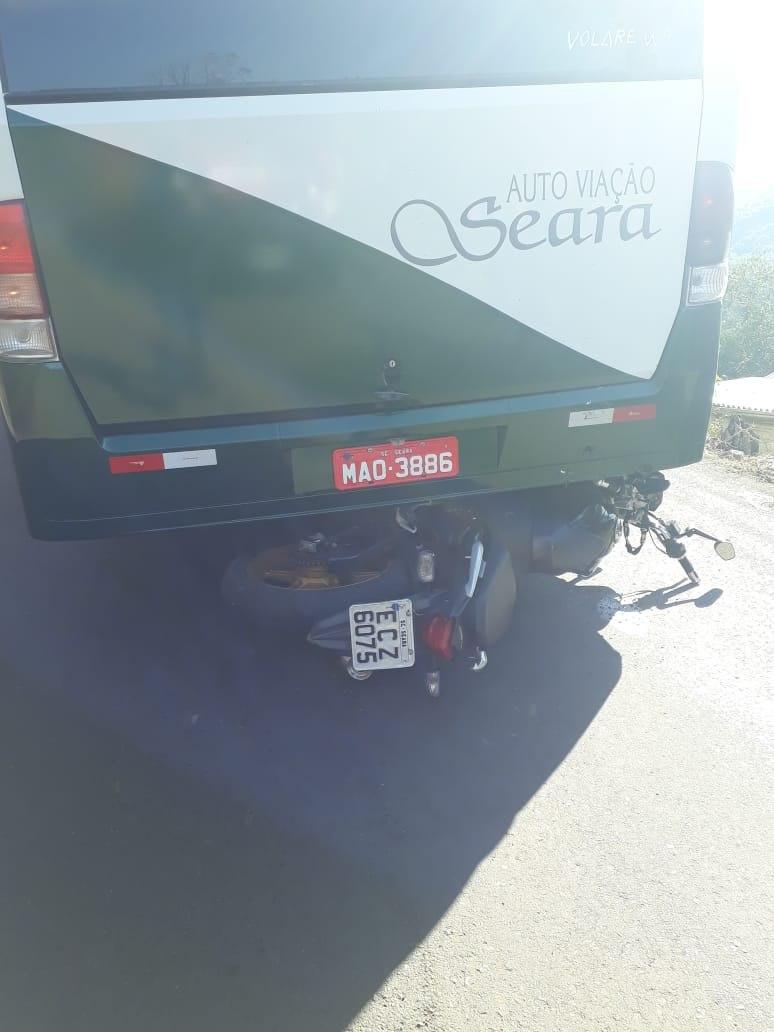 Acidente entre moto e ônibus deixa homem ferido em Seara